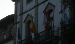 Las banderas del Ayuntamiento de Candelario ondean a media asta.