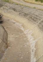 El canal de transvase del azud a la presa de Navamuño esta siendo reparado.