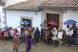 El Vía Crucis de Candelario se viste de blanco esta Semana Santa