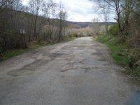 La carretera que une Candelario con la Garganta fue parcheada por los empleados municipales el pasado martes.