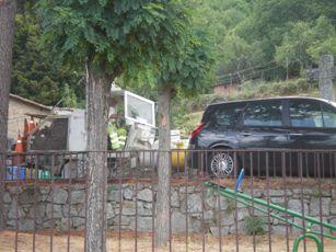 Coches mal aparcados impiden trabajar con comodidad