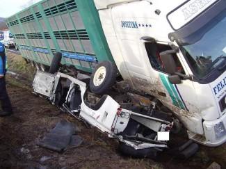 Una muerta y ocho heridas al aplastar un camión a un todoterreno en un cruce en Navacarros
