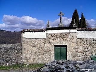 Los restos de un ataúd se pasean por el cementerio de Candelario