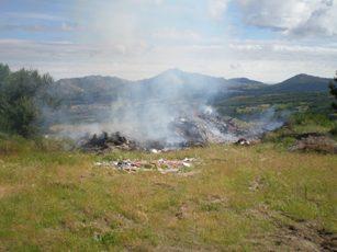Candelario quema controladamente el antiguo basurero