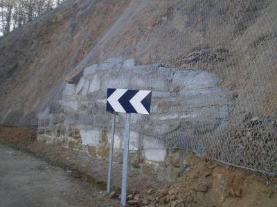 La caída de piedras paró el tráfico en La Curva de la Herradura