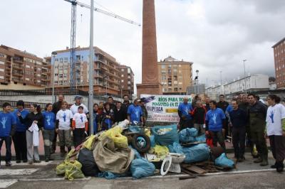 36 voluntarios extraen 1.000 kilos de basura del río Cuerpo de Hombre
