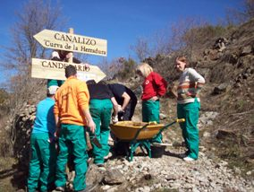 Cruz Roja trabaja en el acondicionamiento de senderos en Candelario